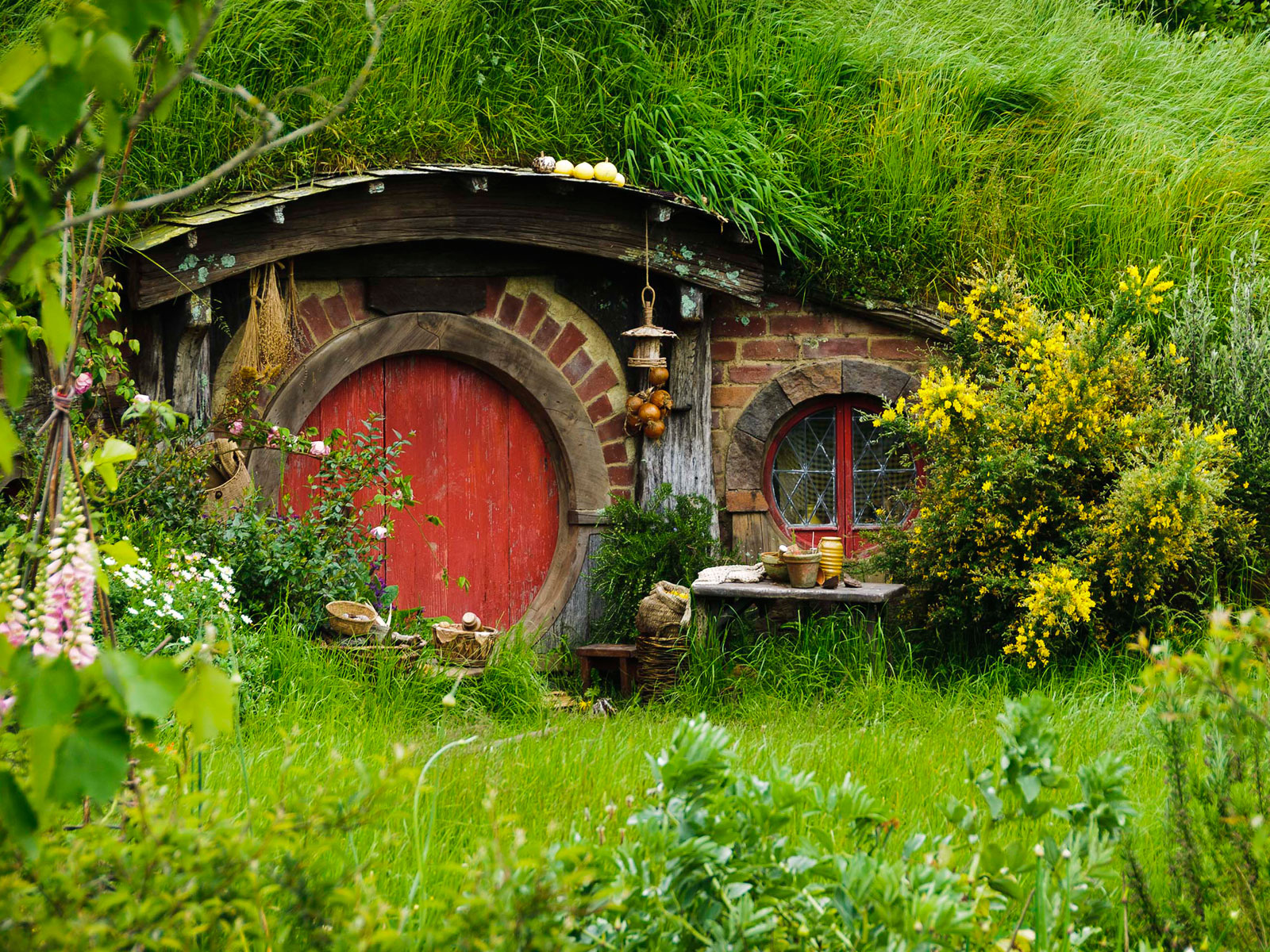 hobbit-hole-red-1600x1200.jpg